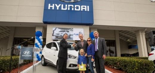 2015-first-hyundai-tucson-fuel-cell-delivered-to-his-customer (5)