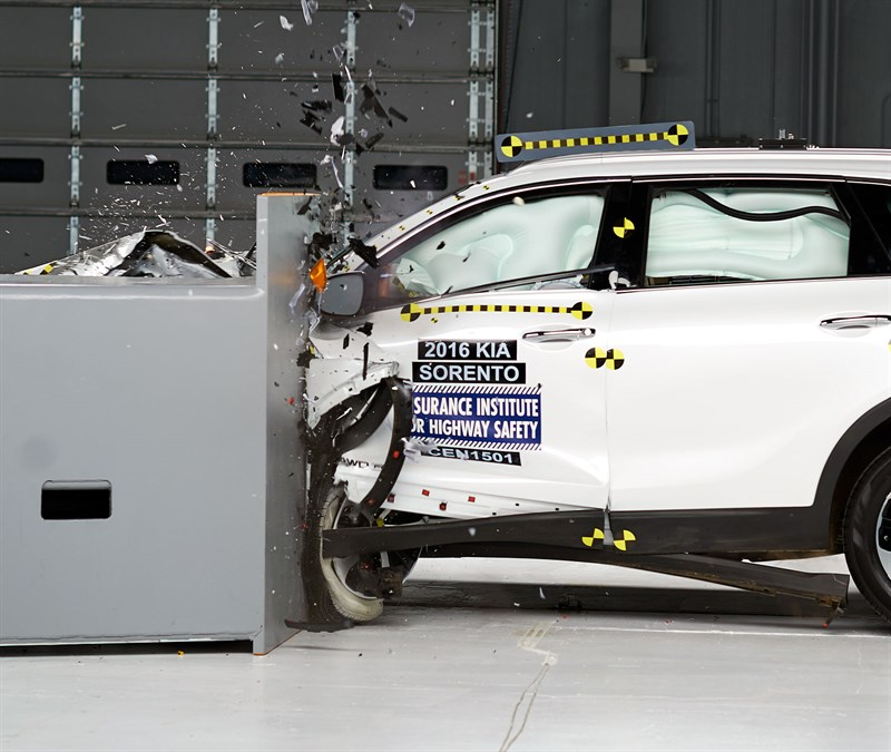 2016-kia-sorento-crash-test-rate-good-small-overlap-iihs (3)