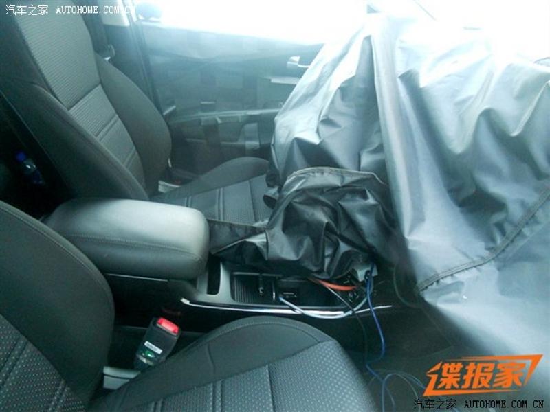 2016-kia-sorento-interior-spy-shots-in-china (3)