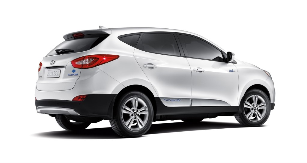 2015-first-hyundai-tucson-fuel-cell-delivered-to-his-customer (1)