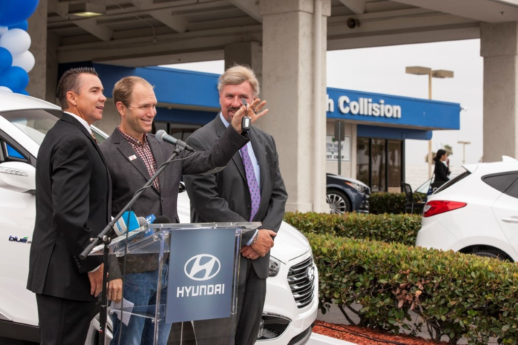 2015-first-hyundai-tucson-fuel-cell-delivered-to-his-customer (3)